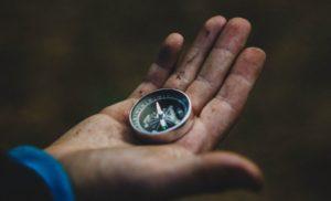 ruka s kompasem